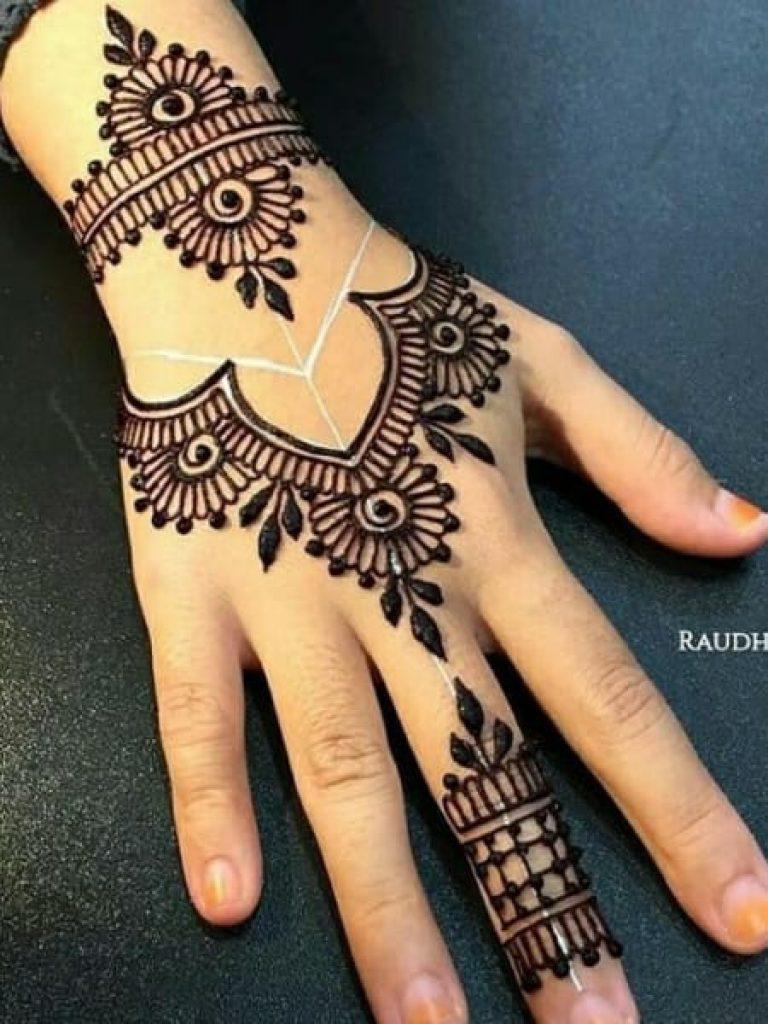 Middle Finger Arabic Mehndi Design